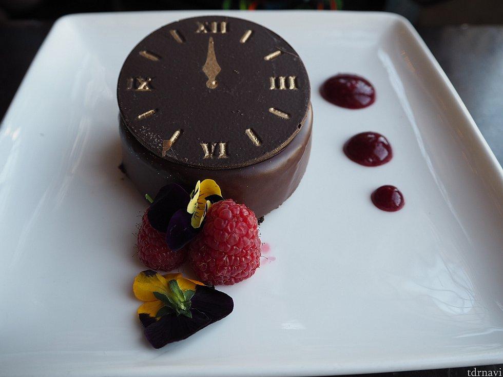 時計をモチーフにしたチョコケーキ これもねっとり濃厚で美味しかったです!これは旦那も絶賛! ベリーソースをつけて食べたらまた違う感じでぺろりでした!