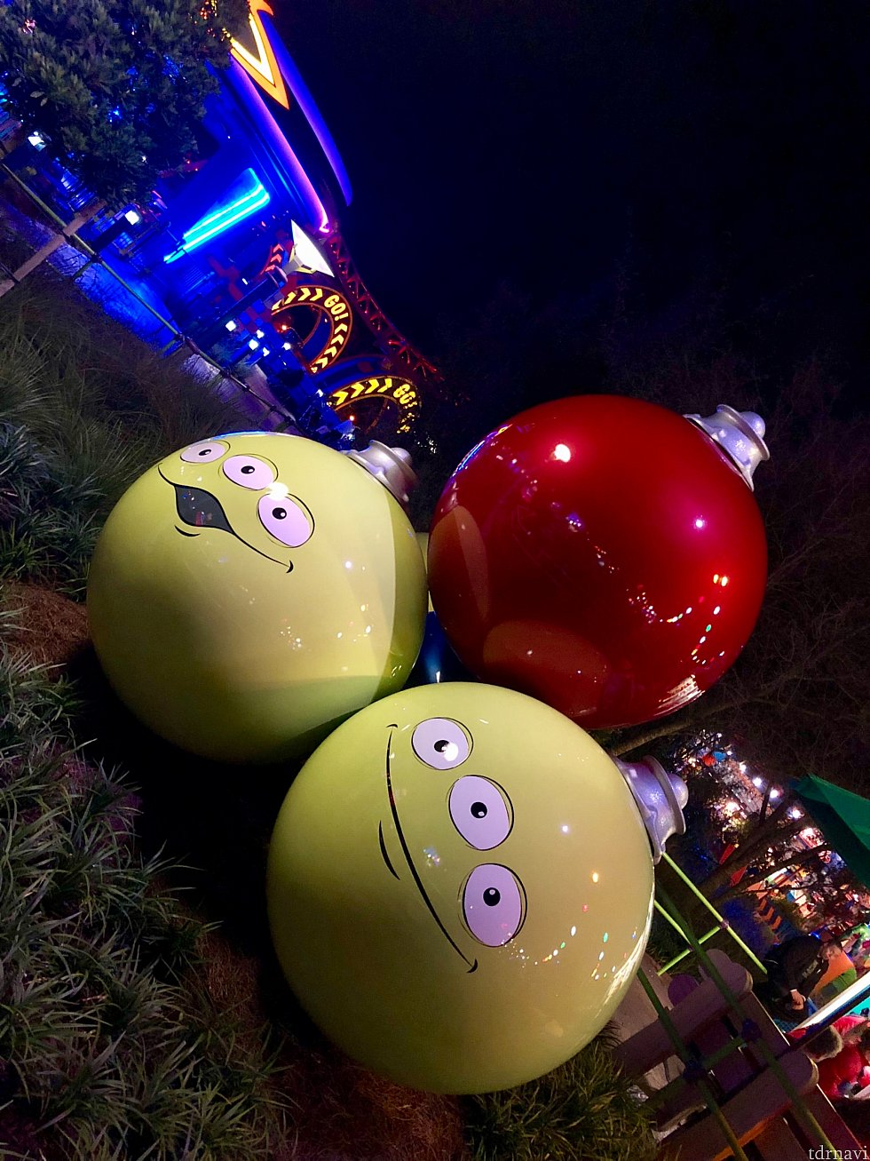 グリーンエイリアンのクリスマスツリーオーナメント。僕らはオモチャサイズになっているので、このオーナーメントは巨大です。