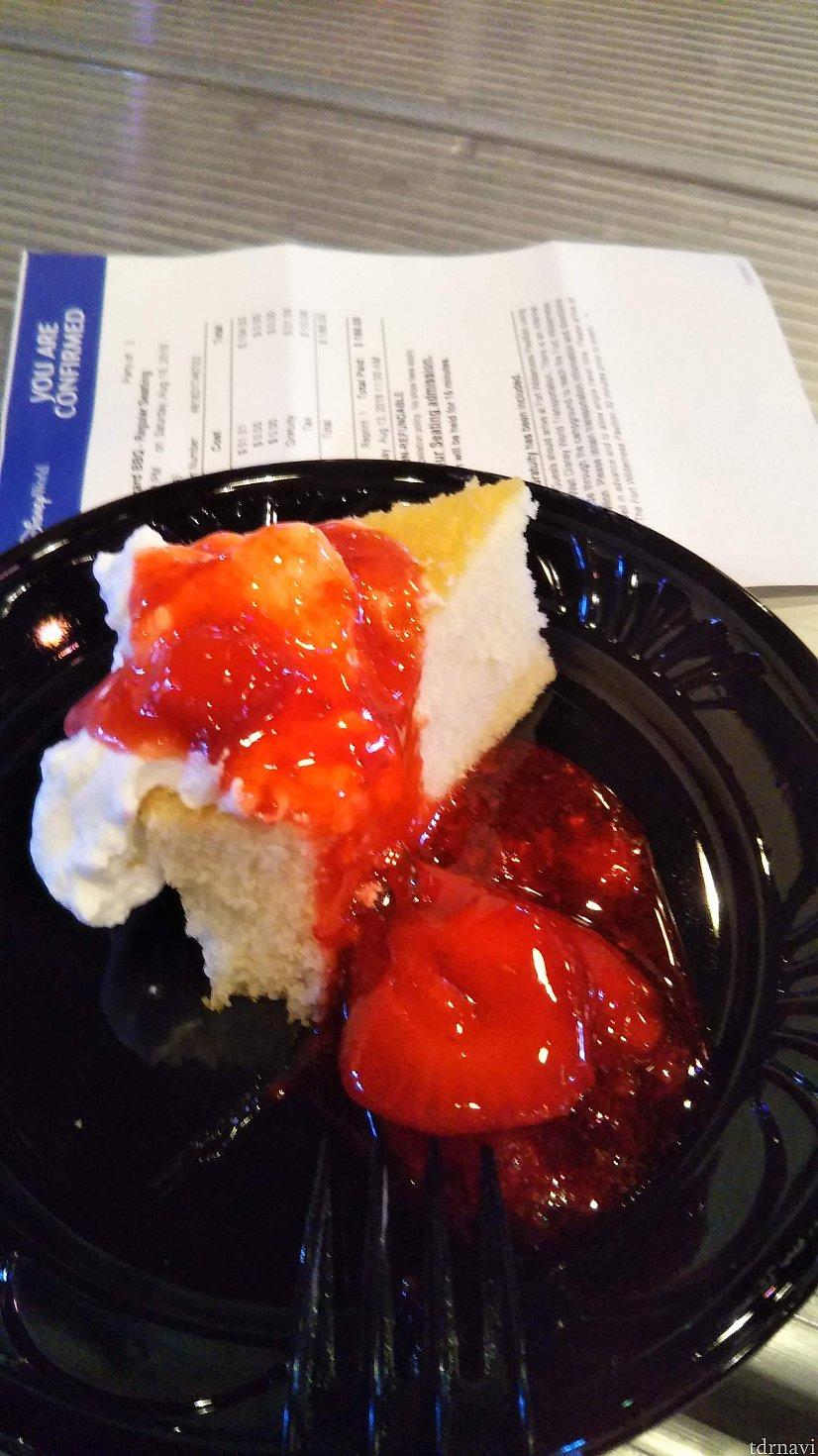 デザートはチーズケーキ。甘いけどおいしい!