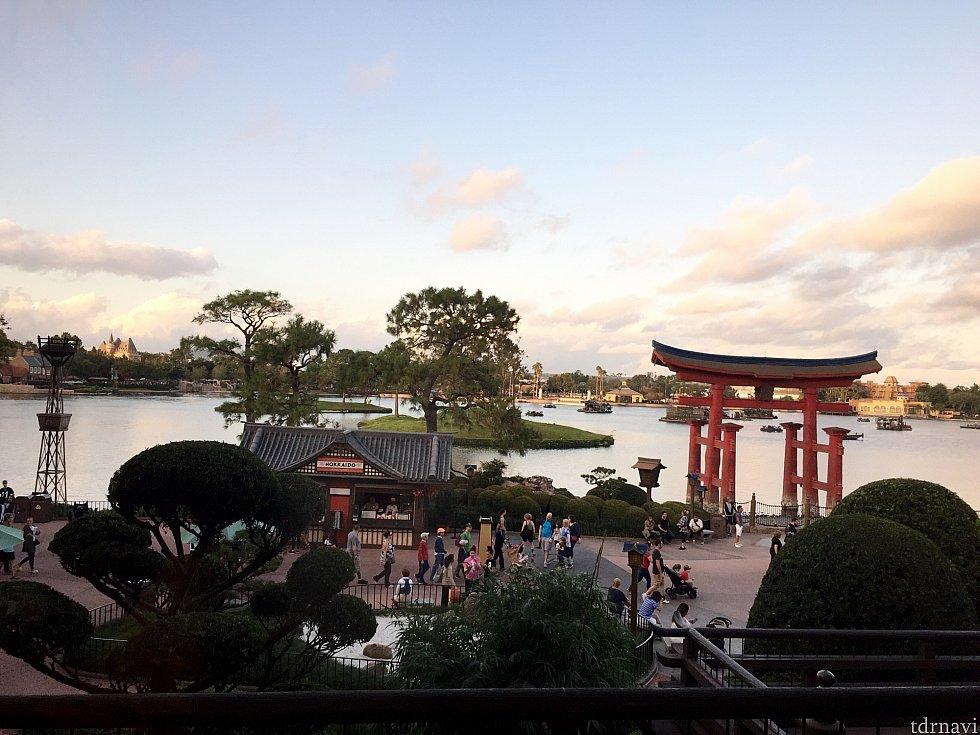 日本館の東京ダイニングからの夕景。Dapper達が沢山通り過ぎていました。本当にかなりの人数のDapperが参加しているのがよく分かりました。Dapper Dayのレポートは如何だったでしょうか。不思議な一体感が生まれるとても面白い、オススメイベントです。