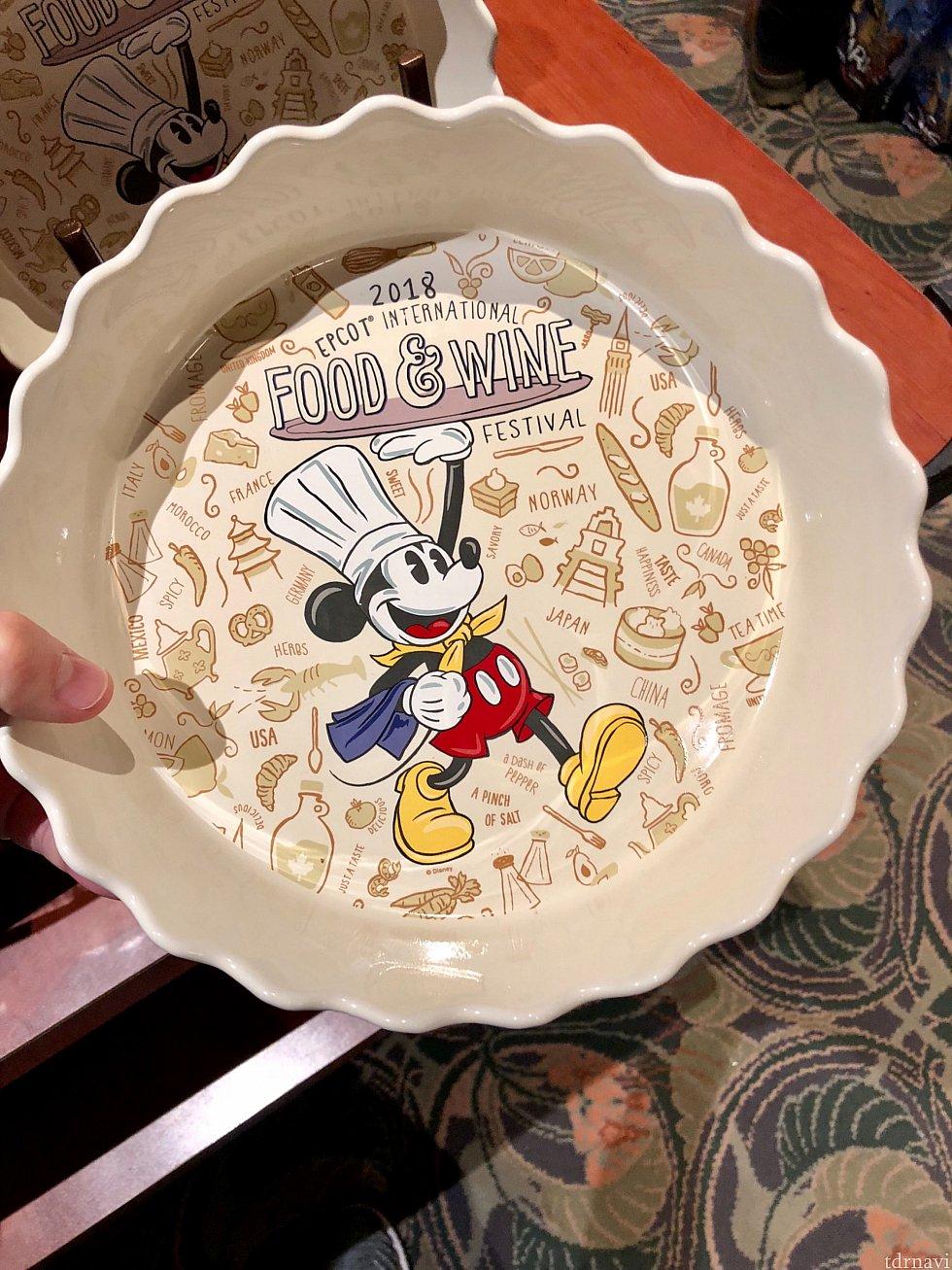ミッキーロゴ入り丸皿もあります。$24.99