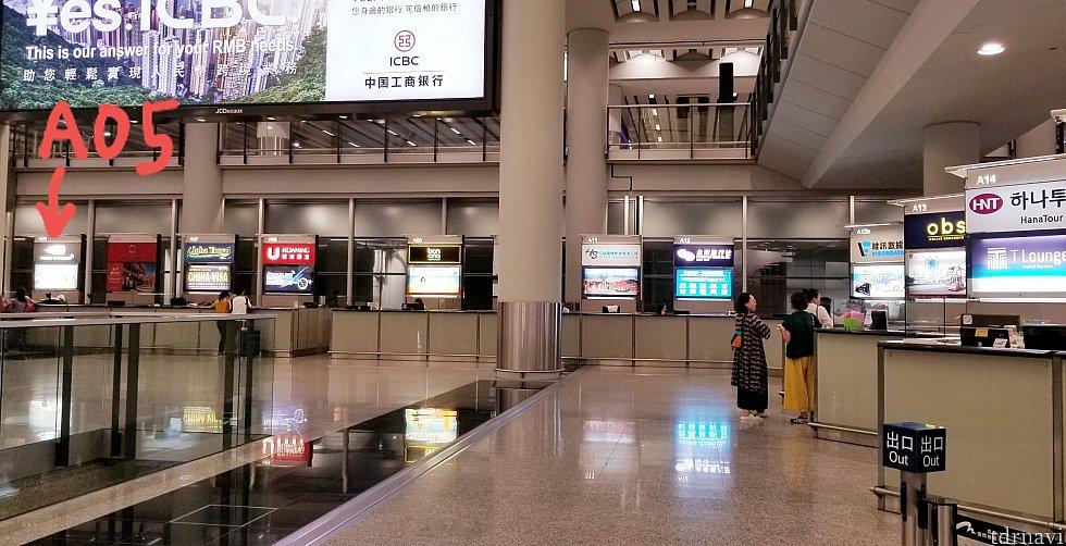 Aホールにずらっと並ぶレンタルwifiなどのカウンター。爽wifi(A05)は左奥の角にあります。