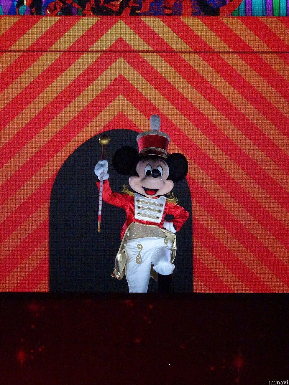 プレゼントが出来上がると、くるみ割り人形でミッキーが登場