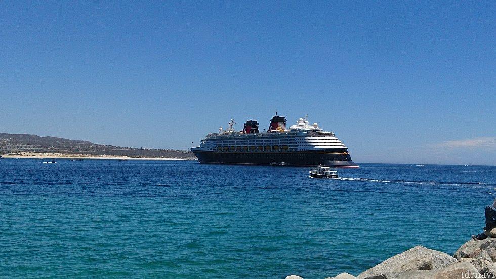 これを撮りたかった! 沖に船が停まってます! 歩いて約30分かかりました…