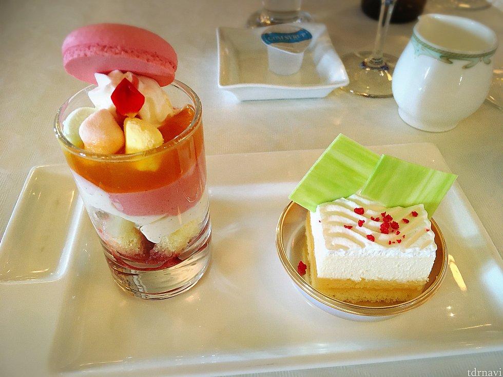デザートの「ピーチとベリーのナッツ入りヴェリーヌ」(左)と「チーズケーキ」。ヴェリーヌのナッツのアクセントがあって食べやすかったです。