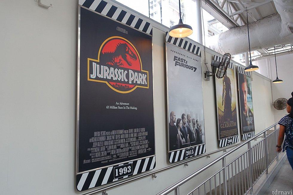 ユニバーサル映画のポスターがずらり