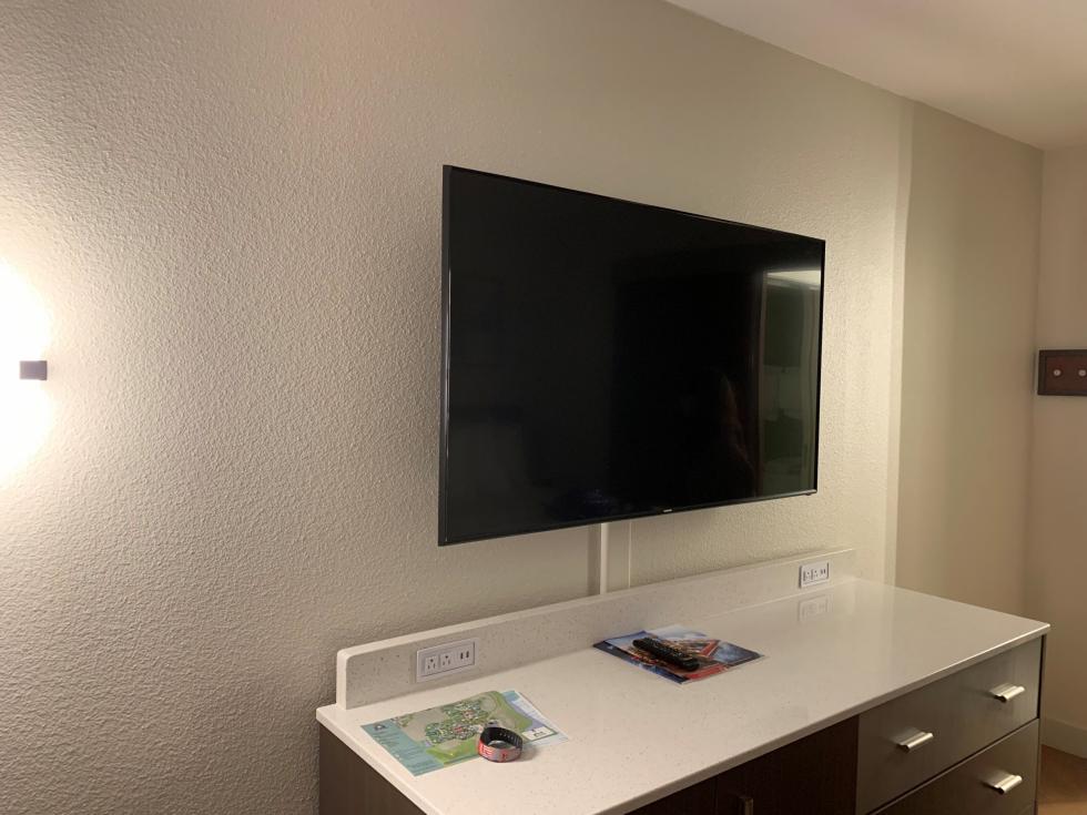 テレビも大型でデラックスクラスと同じ大きさで 壁掛けに! さらにテレビ周りにコンセント+USB給電もあり かなりの口数の充電設備になりました。
