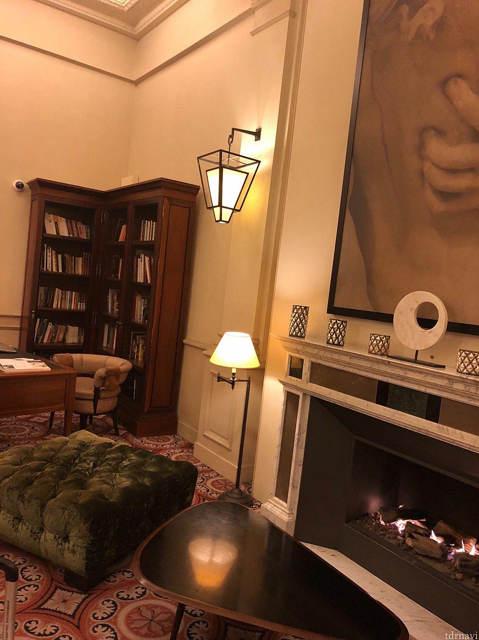 ロビーの奥には雰囲気のある暖炉が🔥