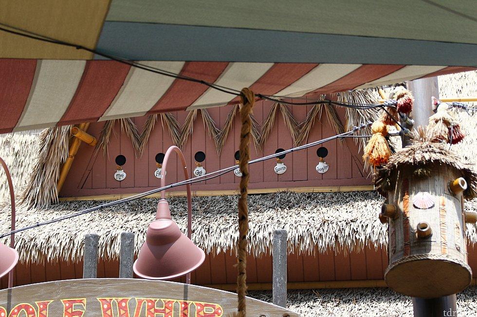 看板の上の屋根にはよく見ると『ワイキキのかわいこちゃん』達のネームプレートが飾られていました。