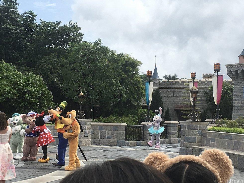 最後にお城の正面からステラ・ルー登場。正面でクルッと一回転!