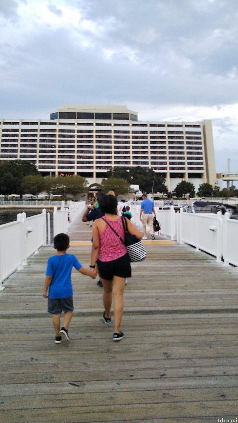 少ししたら到着!コンテンの船着き場からは桟橋です。