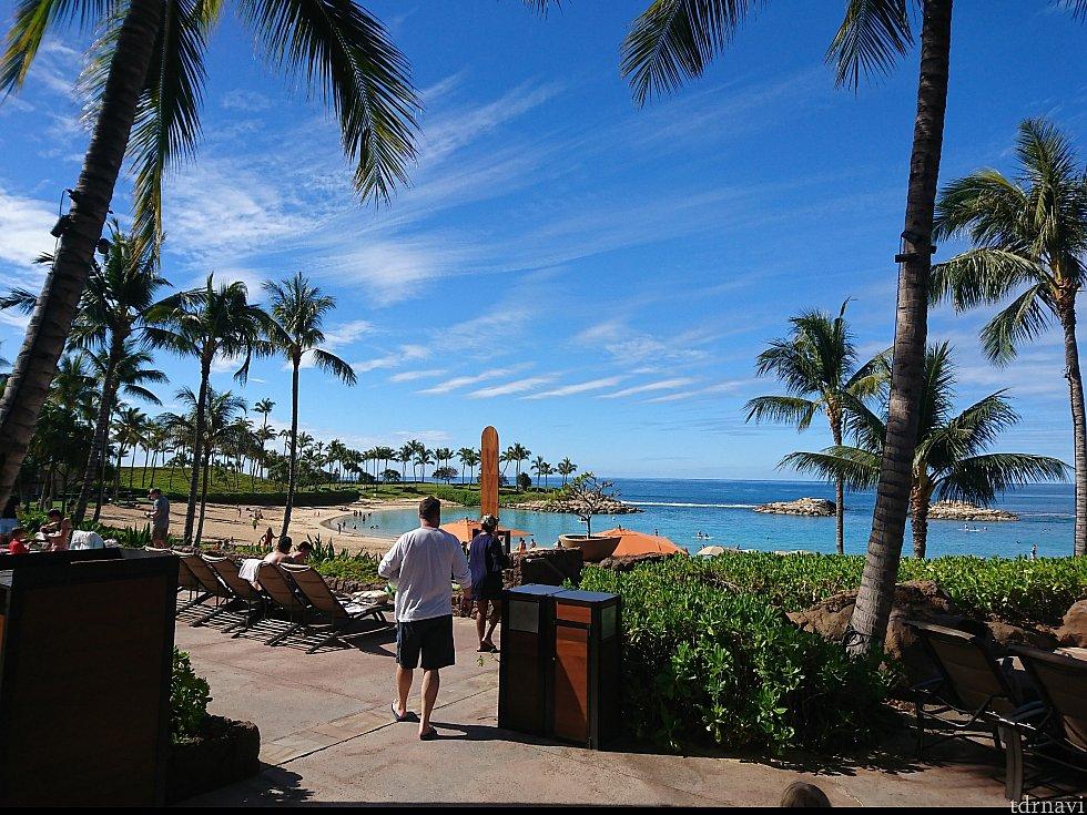 ホテルのプールエリアを抜けるとビジターも利用出来るビーチが!