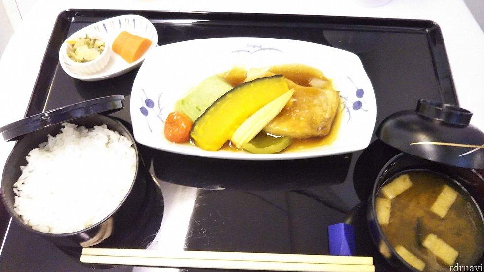 メイン。お魚の煮物だから食べやすいけど、やっぱり食欲があまりないから野菜を中心に少しだけ食べる。