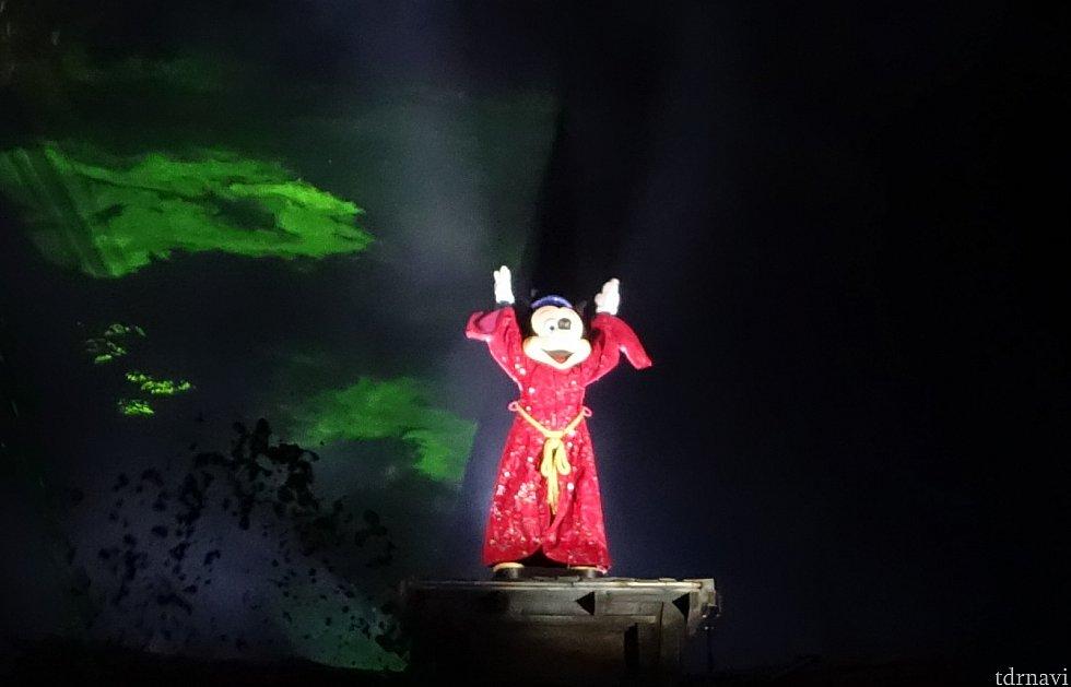 魔法使いミッキーが登場!