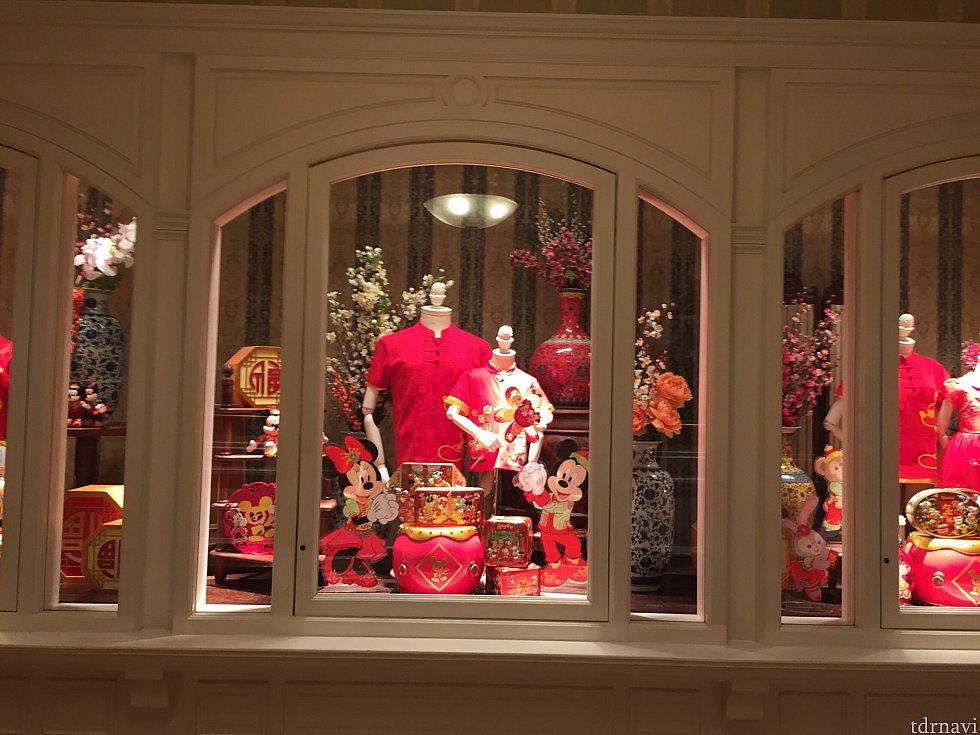 *追記* 香港ディズニーランドホテル内のショップMerchandiseのショーウィンドウは1/8の朝から旧正月グッズ一色に!!!