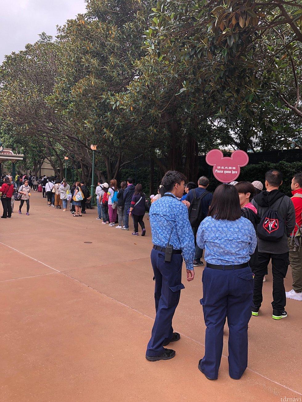 朝の入園ゲートの様子。向かって右端がピントレイベントの限定品を買う人の列になっていました。