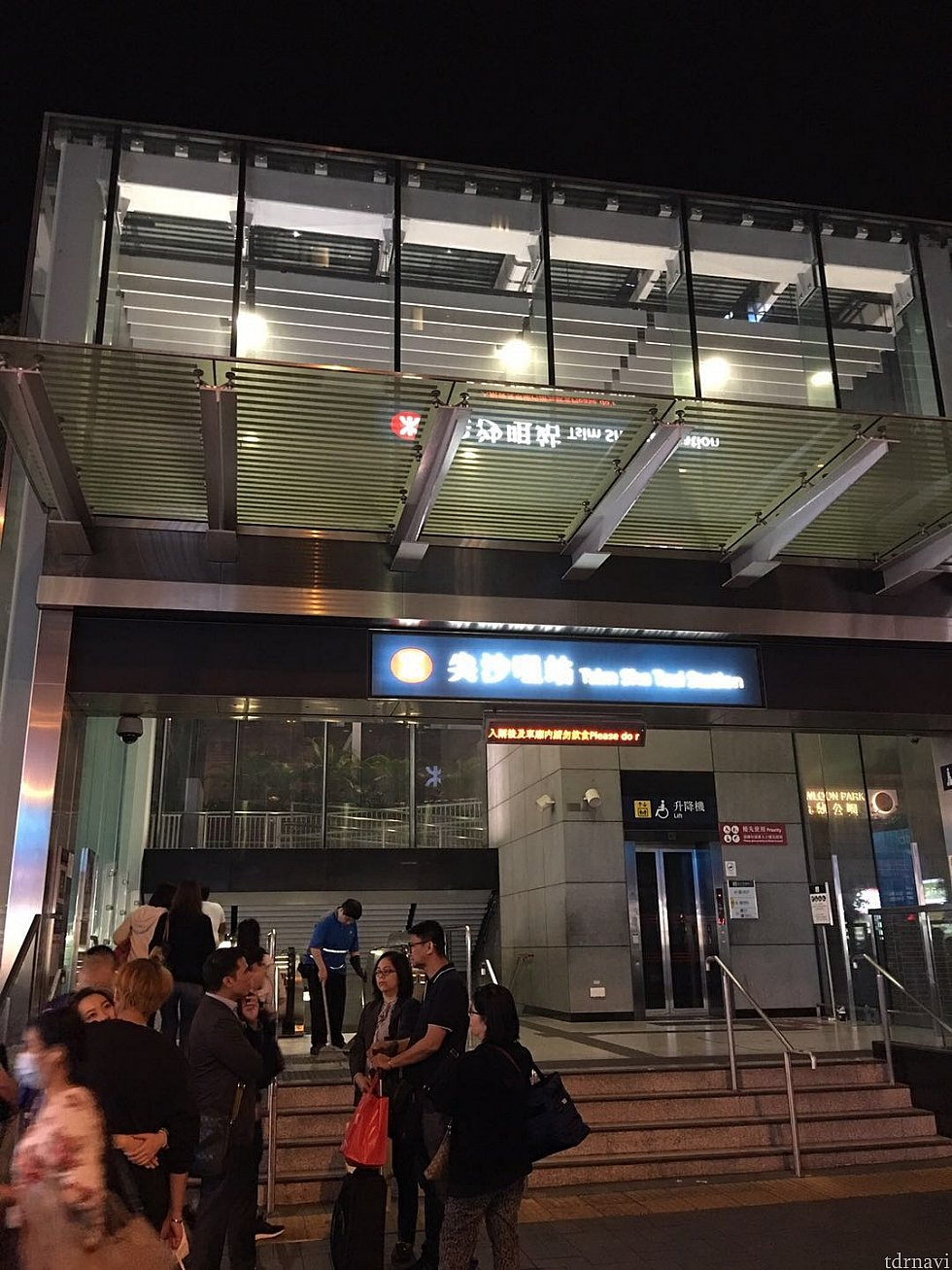 MTR尖沙咀駅A1出口から地上へ出ます。