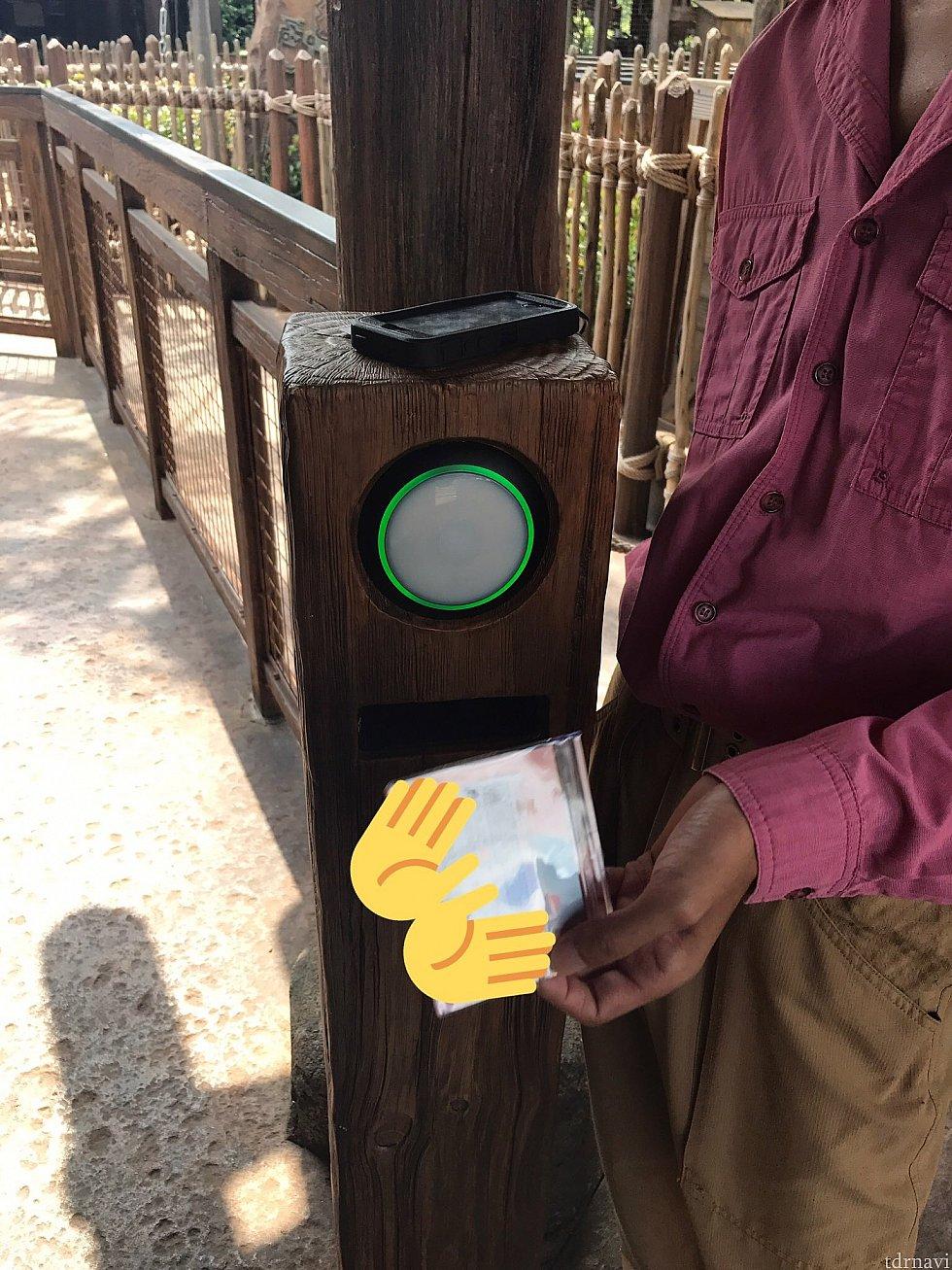 無事スキャン出来ると緑に光り、上に置かれた黒い端末の画面に顔写真が表示されます