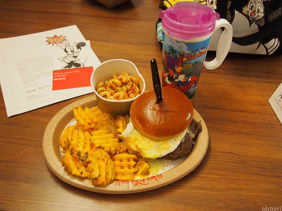 ホテルで買った夕飯とリフィルカップです。 サラダは嫌いなものが入っていてあんまりでしたが、他はさすがアメリカ!安定の美味しさでした。