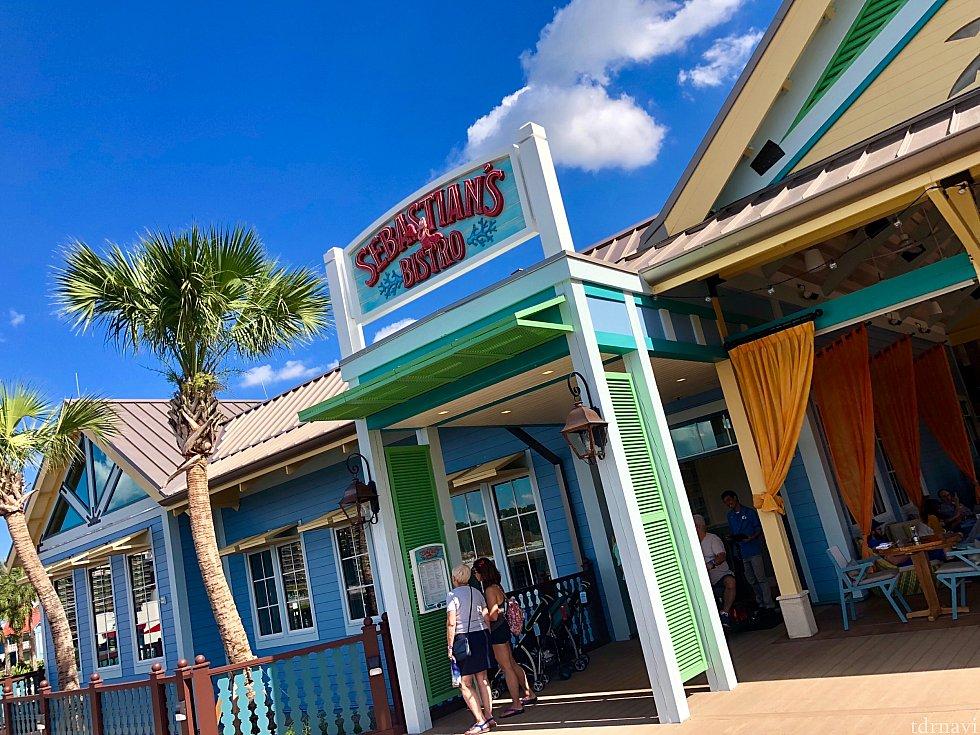 とってもカラフルでカリビアンなレストランの入り口。水辺にあります。このリゾート全体がカラフルで楽しい雰囲気です。