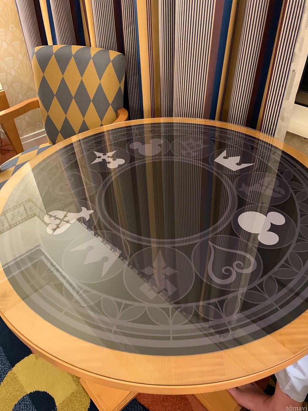 テーブルもよくみたらデザインが違ってたりとかなり凝ってます!