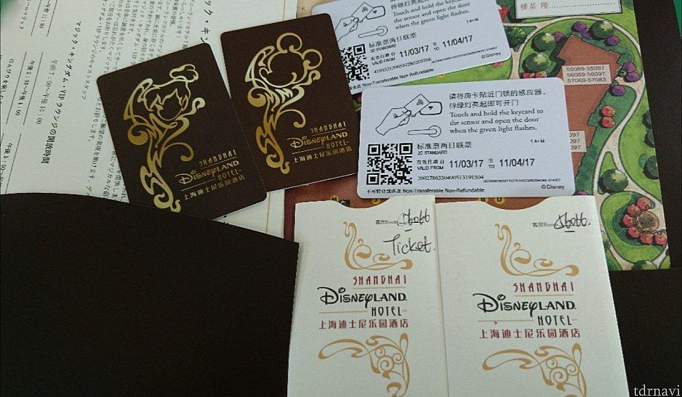 ルームキー(左)&パークのチケット(右)です。 部屋の番号はカードケースに書いてあります。