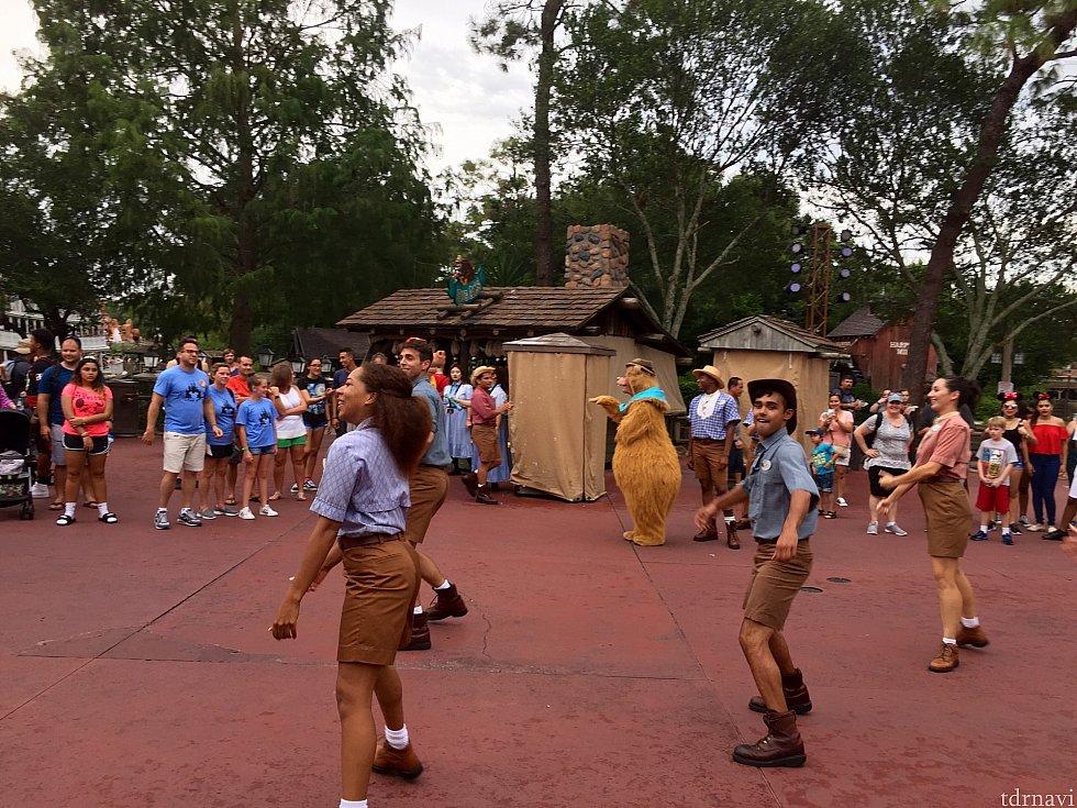 何処からともなく現れたキャストさん達。音楽に合わせて踊り始めました。