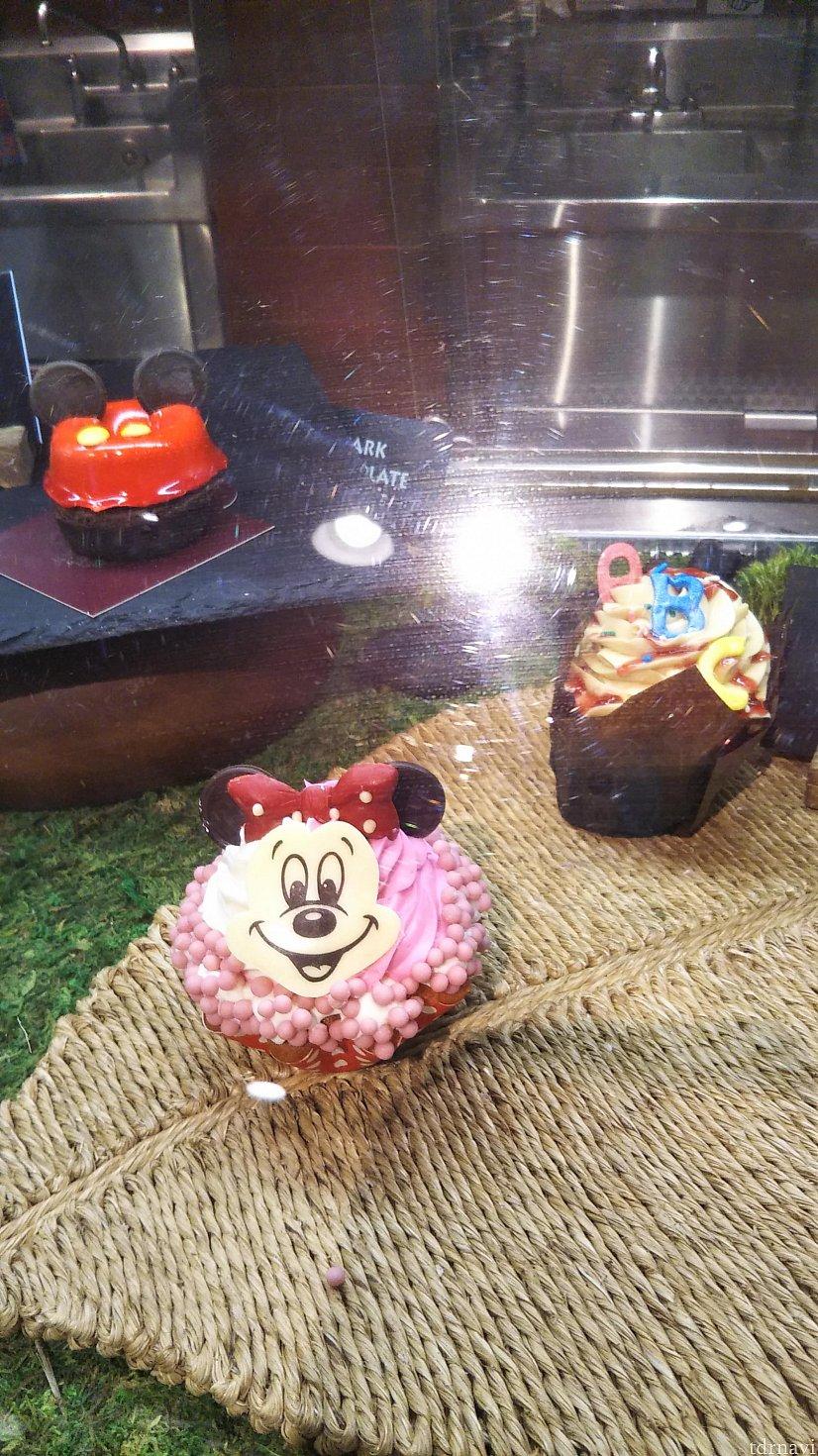ケーキもこんな感じで飾られています。少ないです。