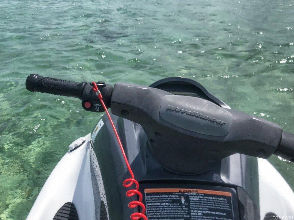 左ハンドル手前の赤いボタンがエンジン停止ボタン、その前側には緑色のエンジンを入れるボタンがあります。 そして、スピードは右ハンドルのグリップの握り具合で調整します。