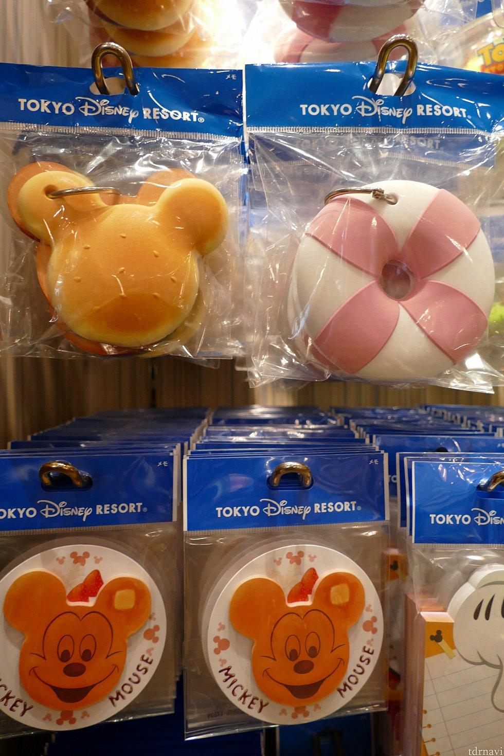 ここからはステーショナリーを紹介します!💓 ミッキーバーガーやうきわまん、ミッキーパンケーキのメモ帳! 上の2つはしっかりとした作りで存在感大!