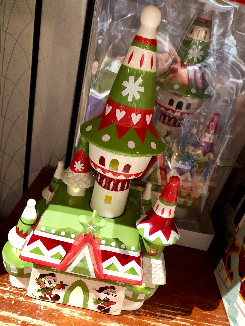 このクリスマス仕様のキャッスルのフィギュアは光るようです。$54.99