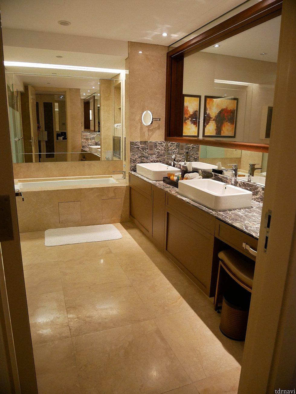 洗面所も広い!洗面台のところは大きな窓になっていて、ベッドの部屋とつながっています。カーテンを下すこともできます。 手前の見えないところに鏡があり、引き出しにドライヤーが入ってました。 写真に写っていない左側にトイレとシャワー室があります!