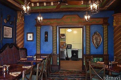 Jungle Parlor Room