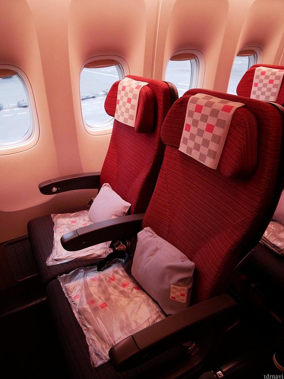 エコノミーの座席です。行きも帰りも新間隔エコノミーが導入されている機体で、座席配置は3-4-2でした。行きは2名席が取れました✨