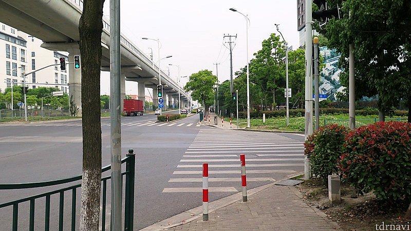 設置された信号。ただし,左からも右からも右折車は赤信号関係なしです。