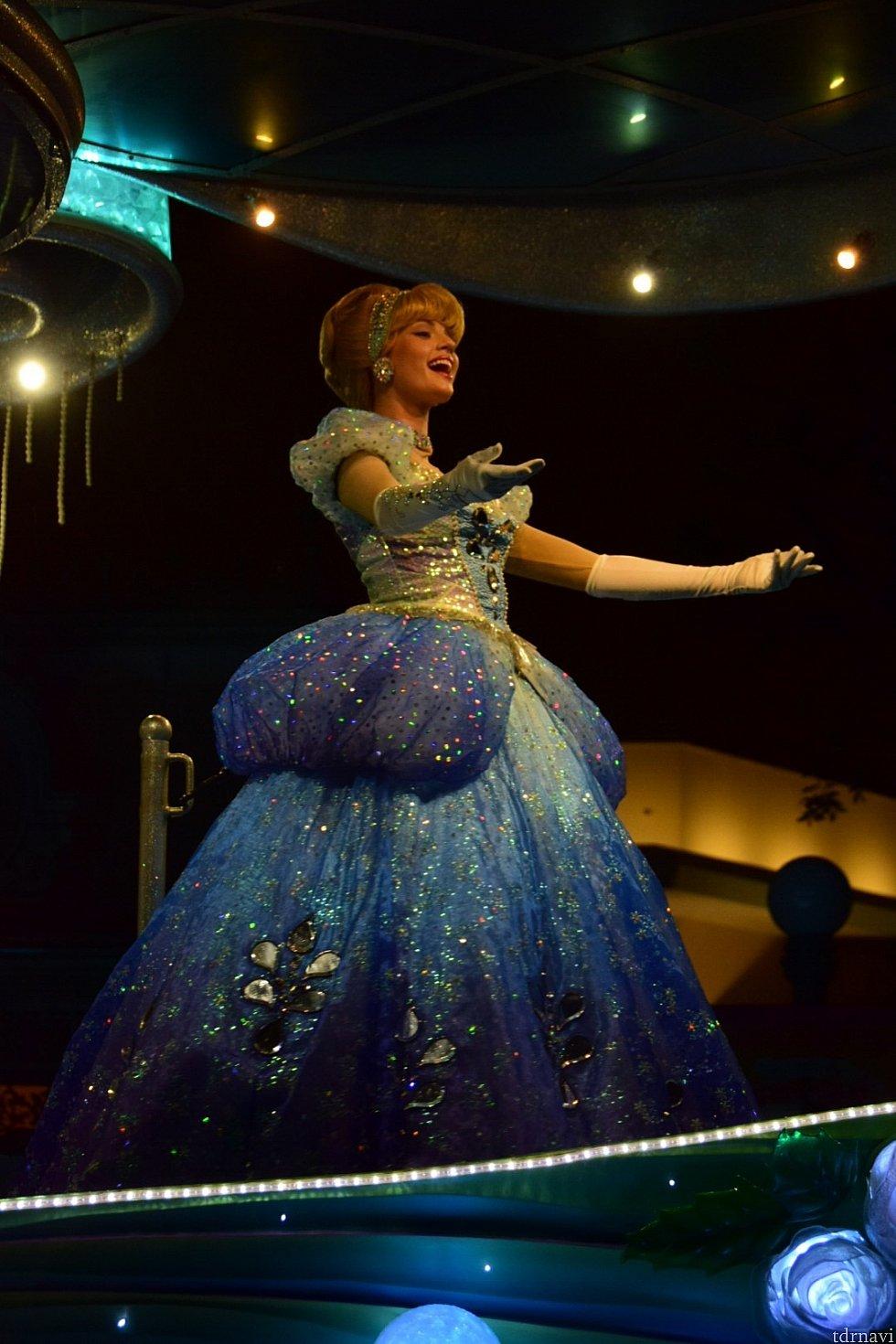 シンデレラのドレスにも雨粒のモチーフが。
