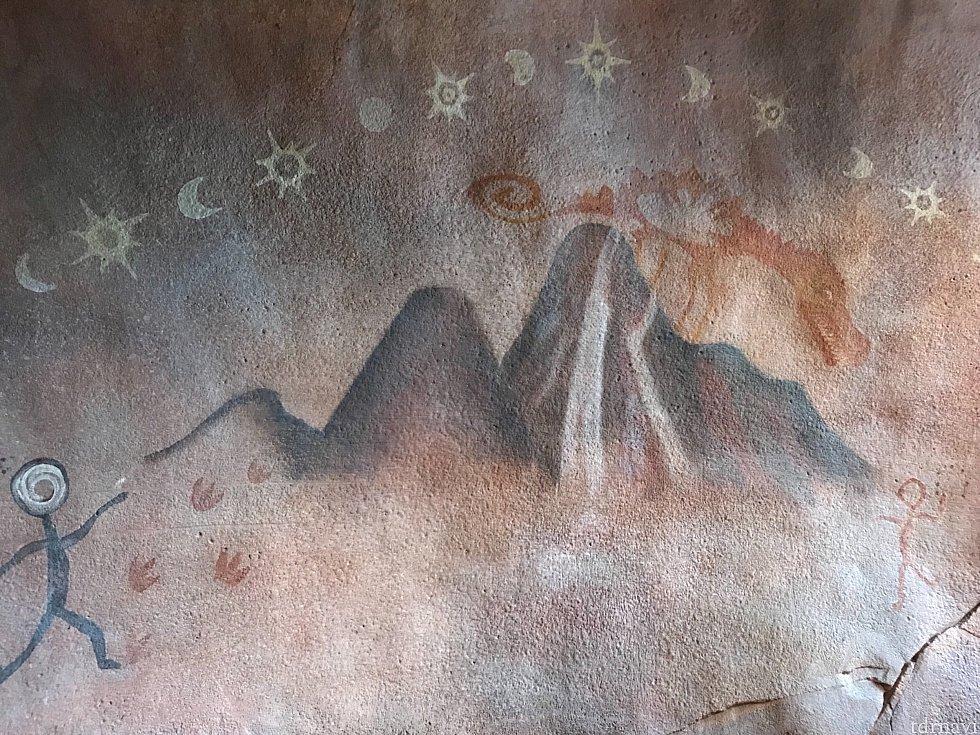 壁に描かれた壁画は、この山の伝説でしょうか。 山の上には、ロアリングラピッドのドラゴンが!!