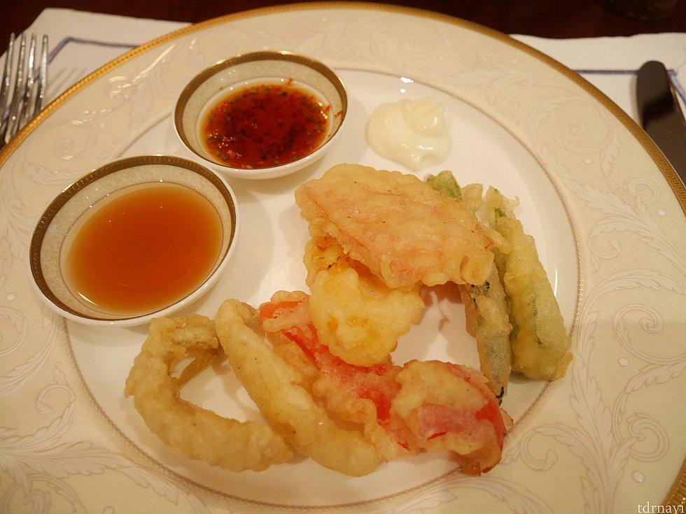 ディナーメニュー☆天ぷら。色々な調味料がありました。奥のは刻まれたパクチー入りかも・・・