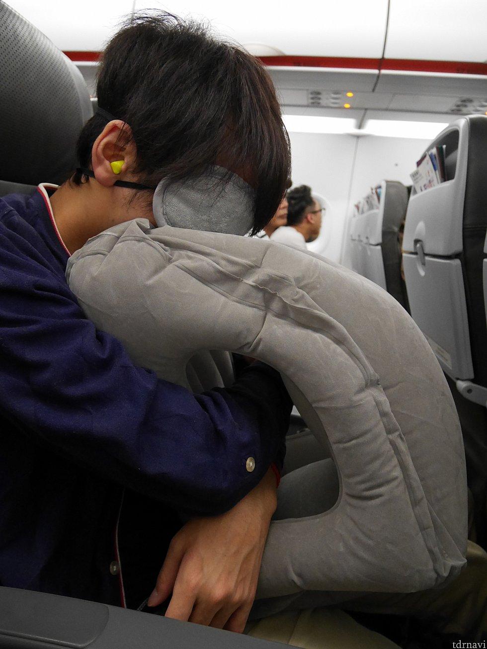 【香港エクスプレス】耳栓、アイマスク、エアー枕(大)使用例。LCCで快適に寝れるいい方法は常に模索中。