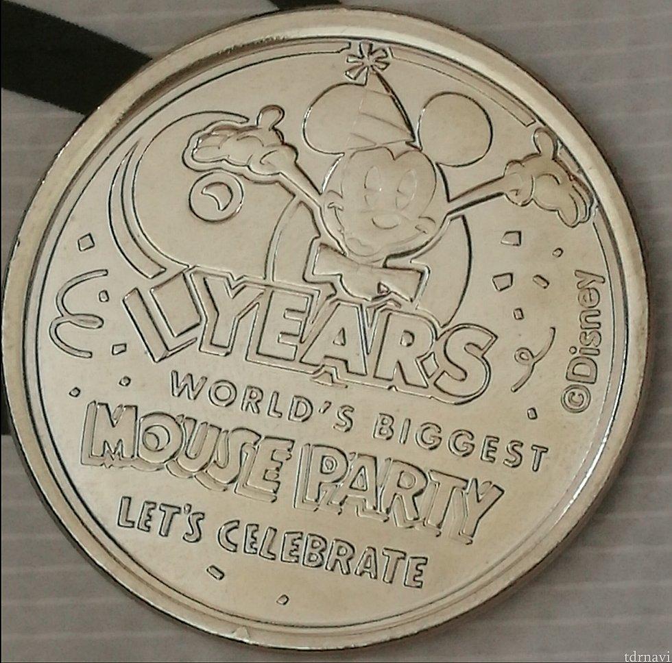 シルバーはミッキーマウス90周年デザイン あと一つは撮影し忘れましたが、ミッキーマウスとウォルトディズニーのパートナー像デザインでした。