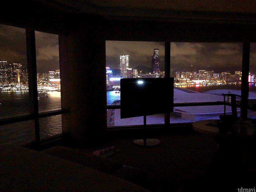 部屋の明かりを消すとこんなに綺麗に夜景が見えます。