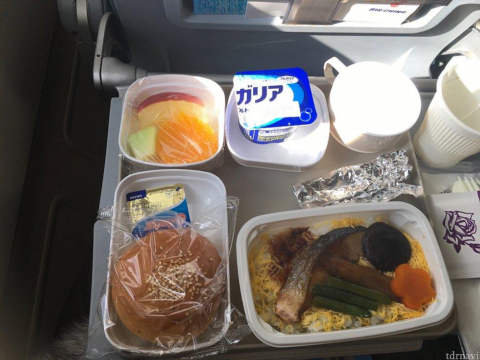 行きの羽田→北京便の機内食。日本製造なので安定の美味しさです