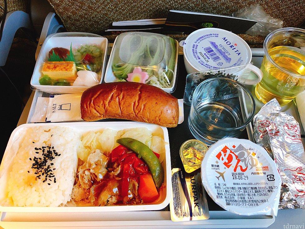 日本食です。水がペットボトルではありませんでした。