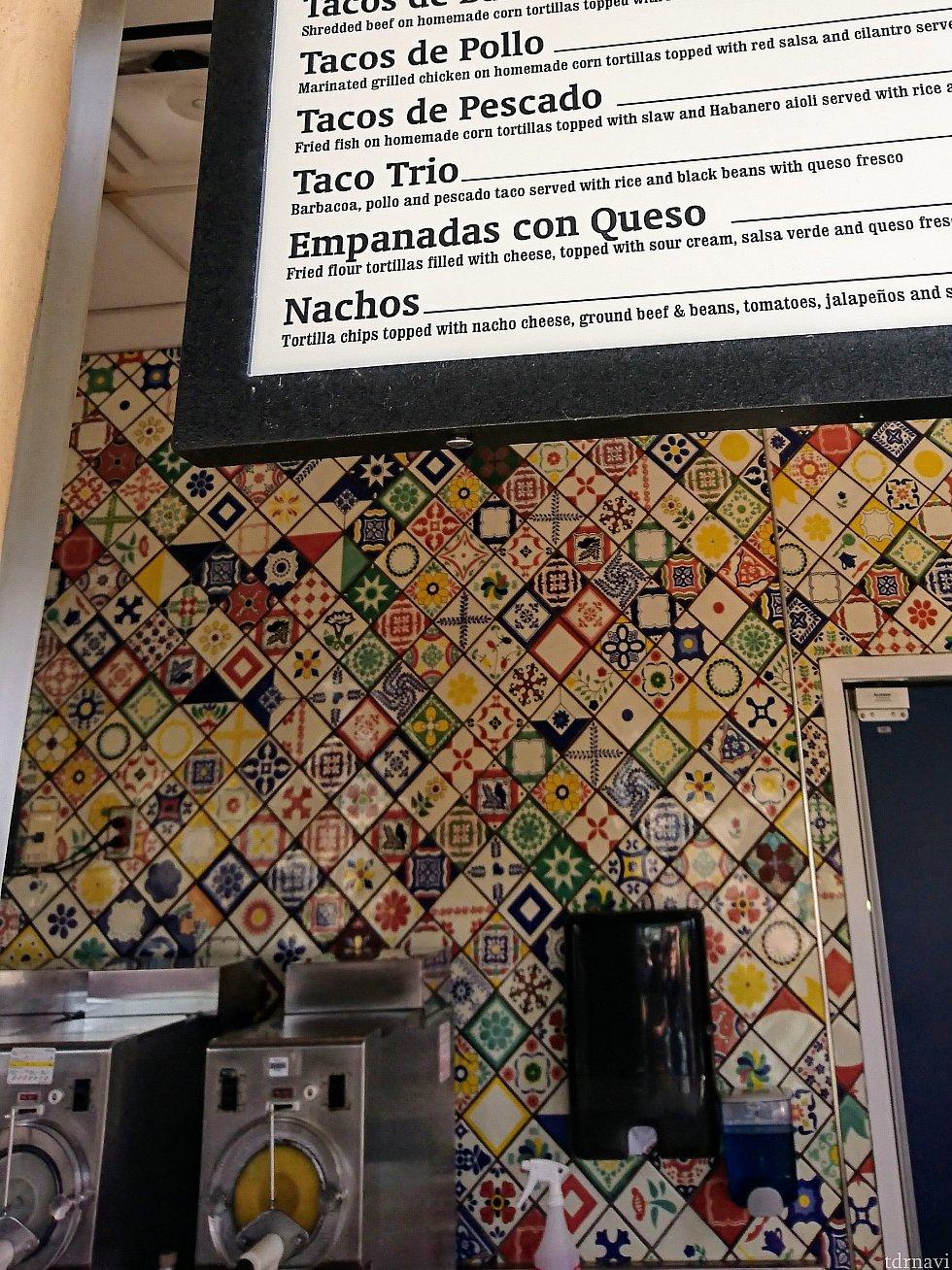 カウンター奥のメキシカンタイルが素敵です!