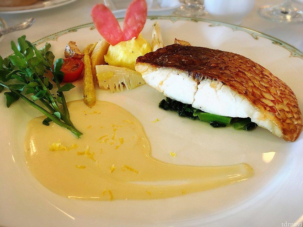 メインの「真鯛のポワレ、白ワインソース」。真鯛はふんわりしていて脂も乗っていて食べやすい!美味しかった〜