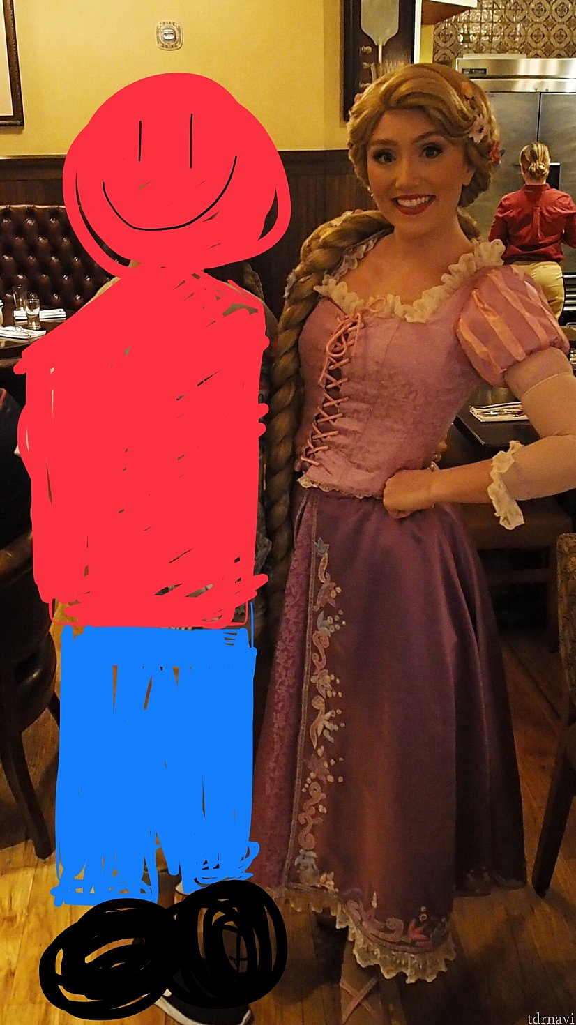 ラプンツェル登場のときにユージーンが迎えに行きます。店内一周してからテーブルを回ります。 日本から来たと伝えたらカタコトのアリガトウを言ってくれました!