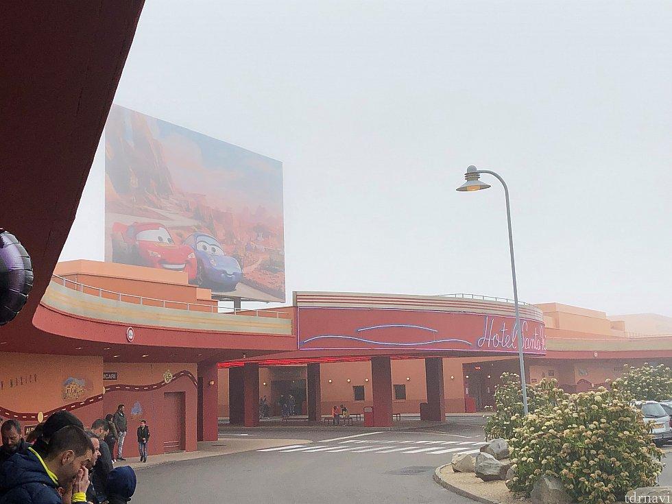 ホテルサンタフェです! パークへのシャトルバス乗り場付近から撮った映像です!
