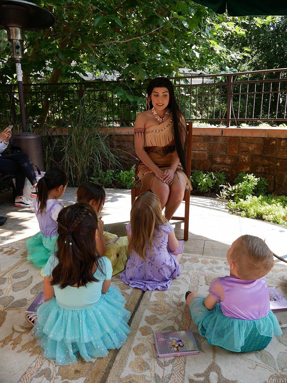 子供たちはプリンセスの近くに座り、大人が回りのイスに座っています。 大人にもガンガン振ってくるポカホンタスだったので、焦りました💦