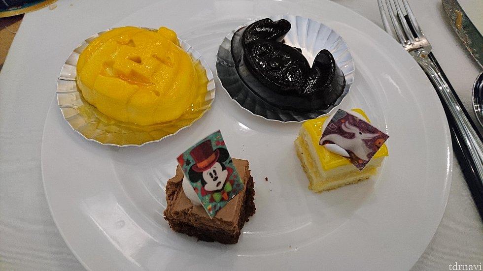 キャラクターの可愛いデザートがたくさん💕 カボチャの型のマンゴープリン、スティッチはブルーベリー?ゼリー!
