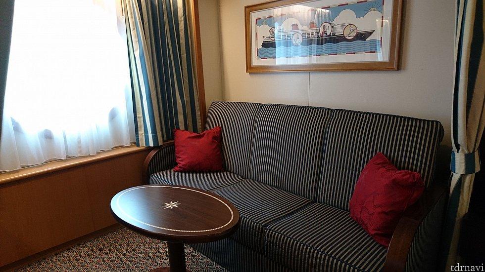このソファが夜は2段ベッドへと変わります。